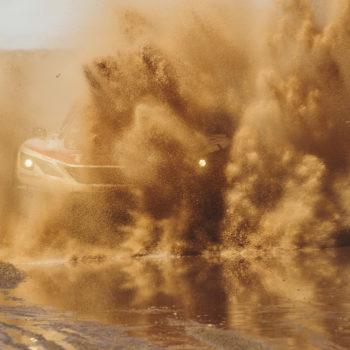 Loeb si prende tappa e leadership in un altro giorno funestato dalla pioggia. Nelle moto è bis di Barreda Bort