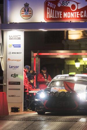Nella notte di Montecarlo Paddon cappotta nella PS 1. Forse una vittima tra il pubblico