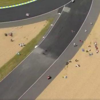 Olio in pista a Le Mans durante la Moto3: nello stesso momento cade quasi metà schieramento!