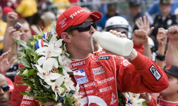 Scott Dixon beve il latte del vincitore alla 500 Indy 2008