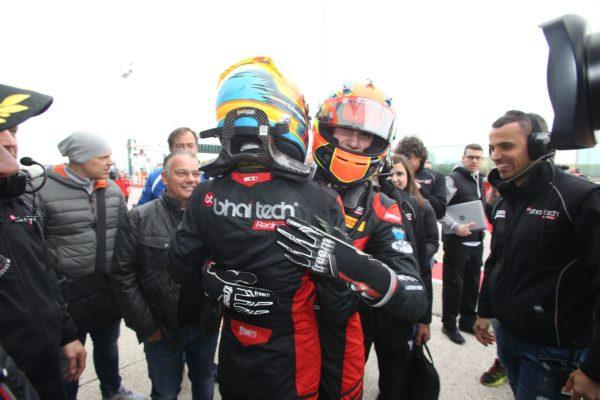 Lorenzo Colombo abbraccia il compagno di team Sebastian Fernandez