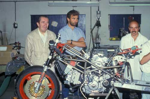 Da sinistra, Fabio Taglioni, Massimo Bordi e Gianluigi Mengoli col prototipo 750 del 1986.