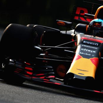 Nelle FP1 del GP di Singapore a fare la voce grossa sono le RedBull. Vettel si infila tra di loro