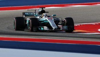 """Hamilton piglia tutto: le FP3 se le aggiudica ancora il pilota inglese. Grandissimo il feeling tra il #44 e la pista di Austin, ma dovrà guardarsi negli specchietti. Le Ferrari sono sempre in zona e la qualifica (in diretta sulla Rai e su Sky dalle 23.00) si preannuncia caldissima. Lewis Hamilton ritorna al casco giallo e bianco e impone un 1'34""""478 su gomme UltraSoft. Tre sessioni di prove libere su tre, ma con un vantaggio di soli 92 millesimi sull'avversario Sebastian Vettel. Il tedesco della Ferrari infatti firma un tempo di 1'34""""570 a parità di gomma. La SF70H di Vettel è stata rimaneggiata a lungo: sostituito il cambio (senza penalità a causa di motivi d'affidabilità) e anche il telaio. La Scuderia temeva le preoccupazioni del #5 sull'anteriore e ha deciso di cambiare tutto a tempo di record, ritornando alla precedente configurazione delle sospensioni. Rispetto al compagno Raikkonen, Sebastian indossa il nuovo diffusore e un nuovo fondo con 4 profili posteriori anziché 5. Da segnalare anche l'ala anteriore modificata alla ricerca di maggiore efficienza aerodinamica. 19 i giri percorsi dal ferrarista, contro i 15 del rivale inglese. Seguono poi le seconde guide: Valtterri Bottas con 1'34""""692 e Kimi Raikkonen con 1'34""""755, entrambi a quota 17 giri. Mentre le Mercedes hanno provato soltanto set di gomme UltraSoft, le Ferrari hanno effettuato un primissimo giro con la mescola SuperSoft. Quinto Max Verstappen (1'35""""103, a +0'625) con 14 giri in saccoccia e qualche problemino. È andato lungo alla curva 7 a causa del forte vento che destabilizzava la vettura (nello stesso tratto si è girato Romain Grosjean su Haas, causando una VSC di una decina di minuti a metà sessione). Poi ha girato a lungo in regime di bandiera gialla per effettuare qualche collaudo. Il pilota olandese sconterà 15 posizioni di penalità sulla griglia di partenza a causa della sostituzione del motore termico, scelta che però gli garantisce l'uso della nuova specifica Renault. Lo segue un buon Feli"""