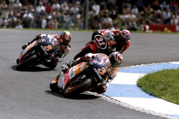 alex-criville-leads-31-tetsuya-harada-8-tadayuki-okada-british-gp-donington-park-1999