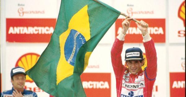 a-imagem-mostra-ayrton-senna-no-podio-do-gp-brasil-no-autodromo-de-interlagos-em-sao-paulo-em-1991-quando-ganhou-o-primeiro-lugar-a-foto-esta-na-mostra-senna-emotion-13401466057