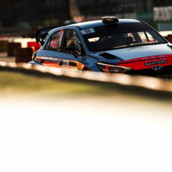 Mikkelsen dà lezioni di guida a Monza: il Masters' Show è suo! Bonanomi, 2°, elimina Rossi
