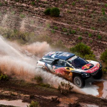 Nel Day 7 della Dakar Sainz vince, Peterhansel rompe! Barreda è primo nelle moto, ma quel ginocchio…