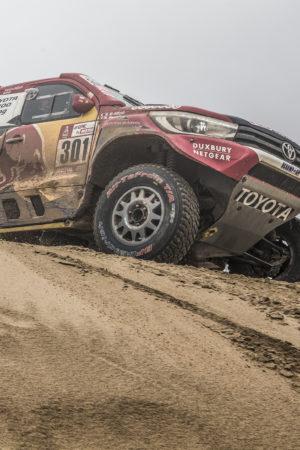 Nel Day 12 della Dakar Al-Attiyah vince, Sainz rischia: ha chiuso la tappa con il cambio rotto! Annullata la Speciale delle moto