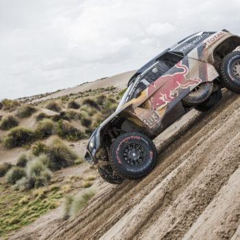 Peugeot e Sainz fanno vacillare il racconto di Koolen, ma non basta: 10′ di penalità allo spagnolo
