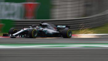 Nelle scivolose FP1 del GP della Cina Hamilton detta il passo con le Soft. 2° Raikkonen, 6° Vettel