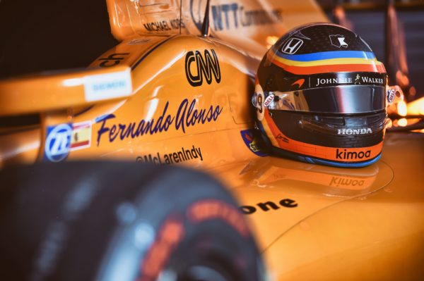 Casco e auto di Alonso a Indy