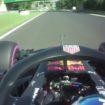 Bottas colpisce, Ricciardo reagisce: dito medio del #3 al #77 dopo il sorpasso all'ultimo giro!