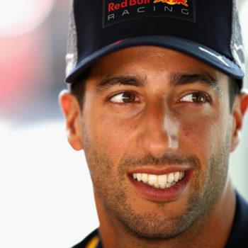 Ricciardo e la Red Bull sfidano le Mercedes: primo nelle FP1, ma partirà ultimo