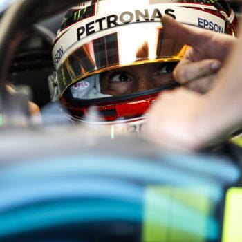Le FP1 di Silverstone vanno ad Hamilton. Grosjean contro le barriere per via del DRS in Curva 1