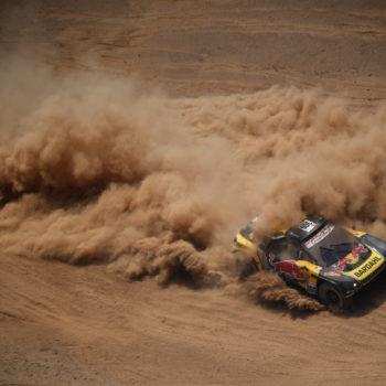 Loeb fa il vuoto nel Day 5 della Dakar, ma allunga Al-Attiyah. Sunderland bracca Brabec