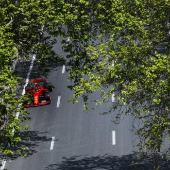 Tra tanto sporco e tanti errori le FP2 di Baku vanno a Leclerc. 2° Vettel, poi Hamilton