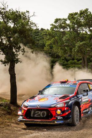 Ogier subito out nel Rally di Sardegna! La pioggia mescola la classifica e fa precipitare Neuville