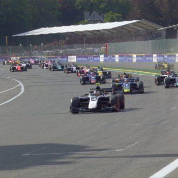 Uno spaventoso incidente al Raidillon cancella Gara 1 della F2. Paura per Hubert