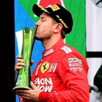 """Vettel: """"Bello vedere la W10 sul podio, ma questi trofei di mer*a sono un peccato"""""""