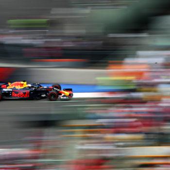 Verstappen parla troppo: penalizzato! E la pole passa a Charles Leclerc