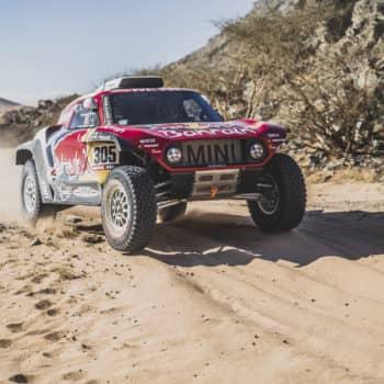 Nel Day 3 della Dakar Sainz e Brabec vincono e vanno in testa. Bene Alonso, fuori Van Beveren