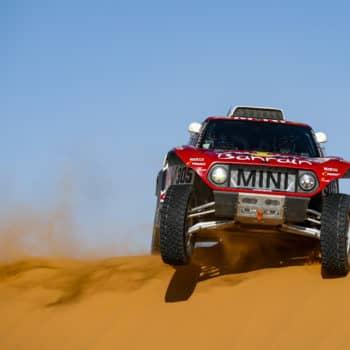 Il Day 7 della Dakar va a Sainz e Benavides. Abbuonati i ritardi per chi ha soccorso Goncalves