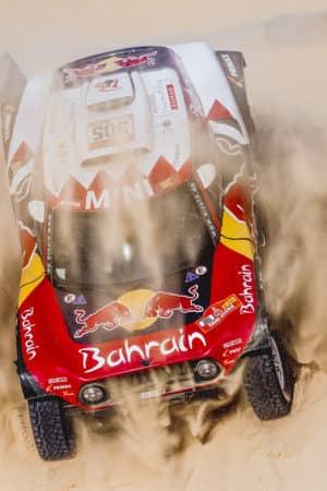 Nella mutilata tappa Marathon Sainz allunga e Alonso cappotta. Nelle moto è tripletta Honda!