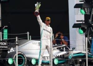 Lewis Hamilton che festeggia la vittoria in Messico