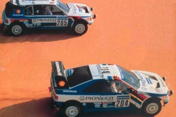 le-due-peugeot-405-t16-alla-dakar-del-1988