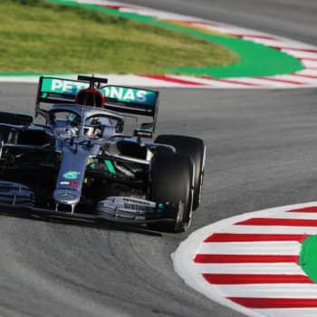 Mercedes spiazza tutti: Hamilton varia la convergenza delle ruote anteriori muovendo il volante?