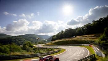 24 Ore del Nurburgring: 102 vetture al via, con la minaccia COVID a falcidiare i piloti Porsche