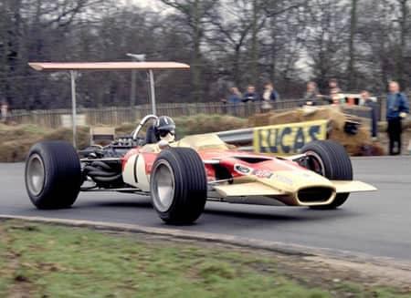 La Lotus 49, i primi alettoni visti in F1. L'alettone era alto apposta per cogliere unicamente aria pulita per generare carico.