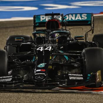 Nelle FP2 del Bahrain Hamilton precede Verstappen. 12° Vettel, Albon demolisce la RB16