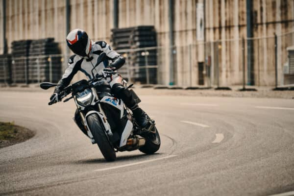 p90407541_highres_the-new-bmw-s-1000-r