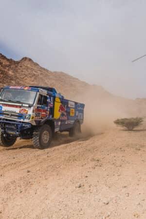 Contatto… volante alla Dakar 2021: un elicottero ha colpito un camion sul tetto