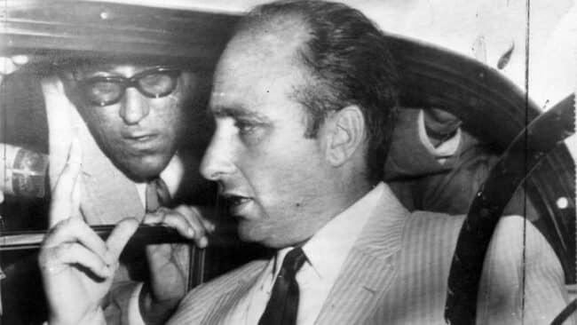Fangio incalzato dai giornalisti in seguito al rilascio. Foto: Museo Fangio de Buenos Aires.