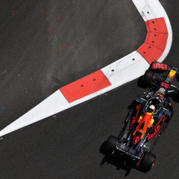 Max Verstappen si prende le FP1 di Baku davanti alle due Ferrari. 7° Hamilton